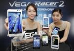 스카이가 가장 먼저 차세대 스마트폰을 출시했다. 가장 오래 통화할 수 있는 LTE 스마트폰 '베가레이서2'를 이통 3사로 전격 출시하고, LTE 스마트폰 경쟁에서 한 발 앞서 나간다.