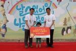 소아암 어린이 완치기원 연날리기에서 메리츠화재 이용규 상무(오른쪽)가 한국백혈병어린이재단 서선원 사무국장(왼쪽)에게 후원금 5,000만원을 전달하고 있다.(사진제공=한국백혈병어린이재단) (사진제공: 한국백혈병어린이재단)
