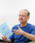 건국대 상경대학 국제무역학과 레데스마 (Rodolfo G. Ledesma, 59, 사진) 교수가 풍자 만화 '강아지의 미국생활 가이드'(Dog's Guide to Making It in America)를 발간했다. 레데스마 교수가 만화책을 소개하고 있다. (사진제공: 건국대학교)