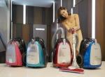 삼성전자가 다양한 브러쉬로 맞춤형 청소를 할 수 있는 신제품 진공 청소기를 선보였다. 사진은 논현동 삼성 솔루션전시장에서 삼성전자 모델이 신제품 진공 청소기를 소개하는 모습. (사진제공: 삼성전자)