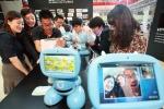 고객들이 '스마트홈패드'를 이용해서 유아용 에듀테인먼트(Edutainment: Education과 Entertainment의 합성어) 로봇인 '키봇'과 영상통화를 하고 있는 모습 (사진제공: KT)