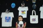 나만의 동물가면 꾸미기체험을한 어린이가 기념사진을 찍고있다 이번 전시에는  나만의 명화 티셔츠,가방꾸미기,명화판화,,명화도예찍기등 다양한 체험프로그램이있다 (사진제공: 중앙문화예술프로그램센터)