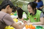 한국MSD 직원들이 마포지역 조손가정 아이들 생일파티를 맞아 아이들에게 핸드페인팅을 제공하고 있다