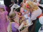 월트디즈니가 지난 20일 주최한 '라푼젤의 로얄 티파티(Rapunzel's royal tea party)'에 참가한 '정하은'양이 라푼젤과 같은 긴 머리 분장을 하고 라푼젤과의 만남을 기다리고 있다. (사진제공: 월트디즈니 컴패니 코리아)