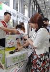 LG전자 직원들이 서울 여의도 LG트윈타워 서관 1층에서 폐휴대폰 수거에 참여하고 있다. (사진제공: LG전자)