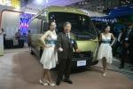 대우버스 백성학 회장이 부산모터쇼에서 레스타를 소개하고 있다.