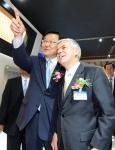 25일 개막행사와 함께 공식적인 막을 올린 2012 부산모터쇼 개막행사에서 홍석우 지식경제부 장관(사진 왼쪽)이 쉐보레 전시장을 찾아  한국지엠 세르지오 호샤 사장(사진 오른쪽)과 대화를 나누고 있는 장면. (사진제공: 한국지엠)
