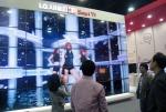 LG전자가 31일부터 이틀간 제주국제컨벤션센터에서 열리는 '디지털 케이블TV 쇼 2012(KCTA 2012)'에 참가, 케이블TV 사업자들과 차세대 스마트 셋톱박스 개발 등 신규 사업 협력방안을 모색한다. 방문객들이 LG전자부스에 설치된 대형 3D 멀티비젼을 통해 인기가수의 뮤직비디오를 감상하고 있다. (사진제공: LG전자)