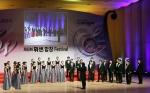LG전자가 31일 서울 KBS홀에서 개최한 '제8회 휘센 합창 페스티벌' 결선 대회에서 '서울대 OB 합창단' 단원들이 합창하고 있다. (사진제공: LG전자)