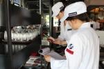 블랙스미스 오픈바이저팀이 위생점검을 하며 식재료 유통기한을 확인하고 있다 (사진제공: 카페베네)