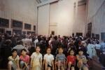 양산문화예술회관 '세계유명미술관 수학여행전'을 방문한 어린이 관람객들이 루브르 박물관 내부전경을 배경으로 기념사진을 찍기위해 포즈를 취하고 있다 (사진제공: 중앙문화예술프로그램센터)