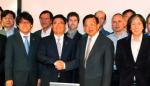 6월 8일(미국 현지시각) 미국 뉴욕의 IBM연구소에서 SK하이닉스 홍성주 연구소장(좌측 두번째)과 IBM 연구소의 천 즈치앙 부사장(우측 두번째)이 공동개발 계약 체결 후 악수하고 있다. (사진제공: SK하이닉스)