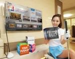 삼성전자 모델이 삼성 스마트TV의 '피트니스 콘텐츠'를 소개하고 있다. (사진제공: 삼성전자)