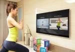 삼성전자 모델이 '버추얼 미러' 기능을 이용해 삼성 스마트TV '피트니스 콘텐츠'를 직접 시연해 보고 있다. (사진제공: 삼성전자)