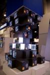 미국 라스베이거스에서 현지시간 13일부터 3일간 열리는 인포컴2012에서 삼성전자와 '구찌 타임피스&쥬얼리社'가 모래시계 형태의 구조물을 설치하고 삼성전자의 디스플레이 제품과 함께 '구찌 타임피스&쥬얼리社'의 명품 시계와 보석류를 전시하고 있다. (사진제공: 삼성전자)