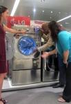 미국 전자제품 매장에서 고객이 LG전자의 세계 최대 용량 드럼세탁기 제품을 구경하고 있다. (사진제공: LG전자)