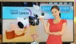 삼성전자가 콤팩트 스타일로 휴대성을 높이고 와이파이를 내장해 사진과 동영상 촬영은 물론 저장•편집•공유의 전과정을 언제 어디서나 쉽게 활용할 수 있는 미러리스 카메라 'NX1000'을 출시했다. 사진은 삼성전자 모델이 서초 삼성전자 홍보관 딜라이트에서 신제품 NX1000을 선보이는 모습. (사진제공: 삼성전자)