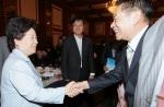 김금래 여성가족부 장관이 한.중 수교 20주년을 기념하여 한국을 방문한 중국청소년대표단 리얼량 단장과 인사하고 있다. (사진제공: 여성가족부)