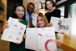 LG전자가 국문과 영문으로 '2011-2012 지속가능경영 보고서'를 발간했다.사회적 책임 활동과 기술, 제품 역량 등 지속가능경영 성과를 투명하게 공개해 이해관계자들과의 소통을 강화하는 것이 발간 목적이다. LG전자 직원들이 여의도 트윈타워에서 지속가능경영 보고서를 소개하는 모습 (사진제공: LG전자)