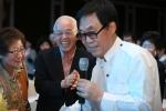 입주민들과 함께 노래 부르는 가수 조영남 (사진제공: 서우로이엘)