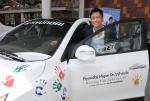 배우 이병헌씨가 현대차 호프 온 휠스 싼타페 차량과 함께 기념 촬영하고 있는 모습 (사진제공: 현대자동차)