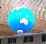 1층 로비 천정에 설치된 지름 2.5미터 LED Ball (사진제공: 디스플레이허브)