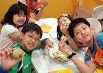 한국청소년단체협의회와 CJ나눔재단이 운영하는 CJ와 함께하는 찾아가는 쿠킹버스에서 어린이들이 직접만든 쿠키를 선보이며 즐거워하고 있다. (사진제공: 한국청소년단체협의회)