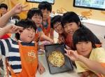 한국청소년단체협의회와 CJ나눔재단이 운영하는 CJ와 함께하는 찾아가는 쿠킹버스에서 어린이들이 직접만든 피자를 선보이며 즐거워하고 있다. (사진제공: 한국청소년단체협의회)