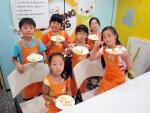 한국청소년단체협의회와 CJ나눔재단이 운영하는 CJ와 함께하는 찾아가는 쿠킹버스에서 어린이들이 직접만든 또띠아롤을 선보이며 즐거워하고 있다. (사진제공: 한국청소년단체협의회)