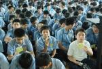 설명회에서 클린스티커를 한장씩 들고 관심있게 따라하는 청구중학교 학생들 (사진제공: 레드휘슬)
