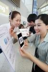 KT는 본격적인 휴가철과 런던 올림픽을 맞이해 인천, 김포, 김해공항에 위치한 올레 로밍센터에서 글로벌 회화앱 무료 다운로드 등 다양한 혜택을 제공한다. (사진제공: KT)