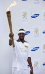 영국 삼성전자 올림픽 홍보대사인 필립스 이도우(Phillips Idowu, 세단뛰기 영국 국가대표)가 런던 스트라트포드(London, Stratford) 웨스트필드(Westfield) 내에 위치한 삼성 브랜드 스토어 앞에서 성화를 들고있다. (사진제공: 삼성전자)