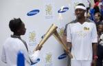영국 삼성전자 올림픽 홍보대사인 필립스 이도우(Phillips Idowu, 세단뛰기 영국 국가대표)가 다음 성화봉송 주자에게 성화를 건네주고 있다. (사진제공: 삼성전자)