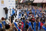 많은 영국 시민들이 런던 스트라트포드(London, Stratford) 웨스트필드(Westfield)에 위치한 삼성 브랜드 스토어 앞에서 필립스 이도우(Phillips Idowu, 세단뛰기 영국 국가대표)의 성화봉송을 응원하고 있다. (사진제공: 삼성전자)