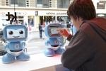 KT의 교육용 로봇 '키봇2'가 런던 '해로즈 백화점'에서 열린 한국브랜드 특별전에 전시되어 대한민국 IT기술의 우수성을 알리고 있다. 사진은 키봇2의 로봇기능을 직접 체험하고 있는 영국 현지 어린이의 모습