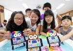 6일 부산 해운대구 소재 무정초등학교 학생들이 여름방학을 맞아 SK텔레콤의 스마트폰과 로봇이 결합한 스마트로봇 '알버트'로 다양한 실습을 하며 즐거워하고 있다.
