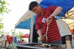 지난 5월23일 오후 한강난지캠핑장에서 한국야쿠르트 김혁수 부사장이 'CEO와의 대화' 참석자들에게 제공하기 위해 고기를 굽고 있다.