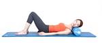코어바디 폼롤러 - 목근육 마사지 1. 두 무릎을 굽힌 누운 자세에서 머리 아래에 폼롤러를 놓고 바르게 눕습니다. 2. 머리를 한쪽으로 돌려 목 주변 근육이 이완되게 유지합니다. 3. 반대 방향도 같은 방법으로 실시합니다.