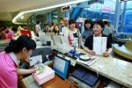 9일, '소녀시대 나만의 우표' 판매가 시작되어 사람들이 서울중앙우체국 창구에서 우표를 사고 있다. (사진제공: 서울지방우정청)