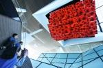 2012 여수 세계박람회 LG관에서 관람객들이 고개를 들어 LG의 첨단 디스플레이 기술을 활용한 47인치 LED TV 54대가 각각 동작하는 미디어 샹들리에의 대형 미디어쇼를 보는 모습 (사진제공: LG)
