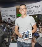 삼성전자가 18일 '갤럭시 노트 10.1 출시'를 기념해 삼성동 코엑스에서 진행한   소비자 체험 행사에서 가수 김진표씨가 직접 찍은 사진들을 '갤럭시 노트 10.1'을 활용해 새롭게 창작하는 방법을 시연했다. (사진제공: 삼성전자)