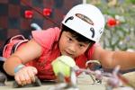 POYF 2012 기간중 어린 소녀가 스포츠클라이밍에 도전하고 있다. (사진제공: 국립평창청소년수련원)