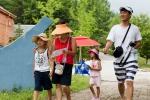 POYF 2012 마지막 날 가족오리엔티어링대회에 참여한 가족이 밝은 표정으로 목표지점을 향해가고 있다. (사진제공: 국립평창청소년수련원)