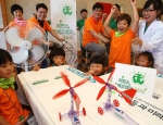 한국 지멘스가 25일 경기도 안성 너리굴 문화마을에서 진행한 '지멘스 에코캠프 2012'에서 참가 어린이들이 '풍력 자동차 경주대회'를 즐기고 있다.