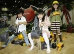 볼보건설기계코리아 한국국제건설기계전 부스에서 어린이 관람객들이 즐거운 시간을 보내고 있다.