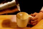"""스타벅스커피 코리아(대표 이석구)는 10월 1일부터 전국 470여 매장에서 깊고 부드러운 맛이 돋보이는 고급 에스프레소 음료 """"리스트레토 비안코(Ristretto Bianco)""""를 새롭게 출시한다."""