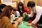 10월 세계공정무역의 달을 맞아 스타벅스가 10월 16일 서울무교점에서 개최한 공정무역 커피세미나에서 공정무역 단체 관계자 및 고객들이 다양한 커피 추출기구로 실습하고 있다.