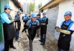 한국지엠 노사가 21일, 인천지역 저소득층 가정을 위해 사랑의 연탄을 기증하고, 이를 직접 배달하는 봉사활동을 펼쳤다.