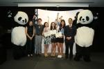 아태지역 준결승전(싱가포르)에서 선발된 결승 진출자 (왼쪽부터 중국 와일드에이드 대표 메이 메이(May Mei), 결승 진출자 사무엘 램(Samuel Lam), 코니 챙(Konnie Tsang), 챙 리 린(Chang Li Lin), 레이 헝(Lei Hung), 청두 판다 베이스 매니저 리 밍시(Li Mingxi))