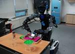 """한국과학기술연구원(KIST, 원장 문길주)은 주방일을 도맡아 하는 가사전담 주방로봇을 오는 25일(목) 일산 킨텍스에서 개막하는 국내 최대 규모의 로봇박람회인 """"로보월드2012""""에서 공개한다고 밝혔다."""